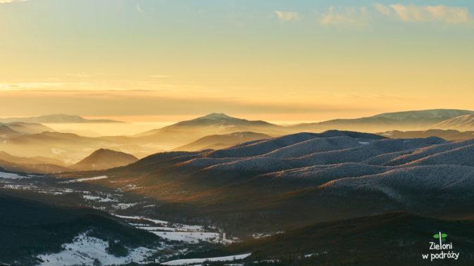 Promienie słońca oświetlają złotym blaskiem doliny. Bajka