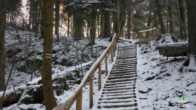 Kolejne schodki i wkrótce zamelduje się na rozdrożu szlaków