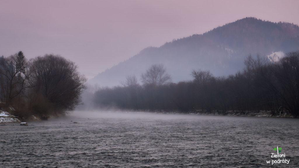 Nad Dunajcem zaczyna wisieć lekka mgiełka i droga powrotna mija całkiem przyjemnie