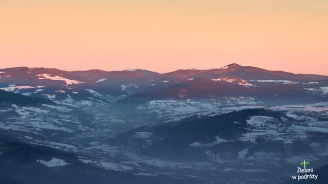 Mogielica widziana ze szczytu. W dolinach smog