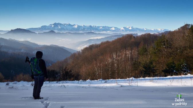 Na trasie jest całkiem widokowo, ale człowiek wzrokiem szuka cały czas tatrzańskich szczytów