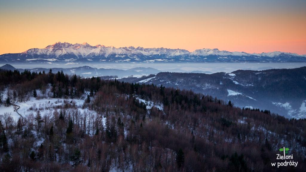 Wschód słońca oglądany z wieży na Koziarzu. Tatry skupiają większość mojej uwagi