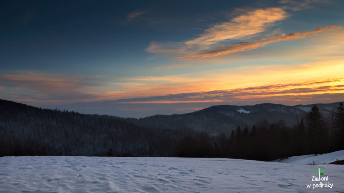 Zimowy Gorc Kamienicki i piękny zachód na koniec dnia