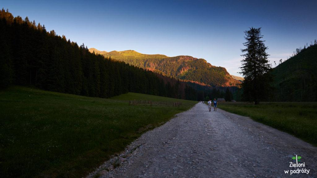 Dolina Kościeliska w ostatnich promieniach słońca. Jest pięknie