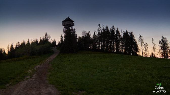 Opuszamy już Lubań i wchodzimy w coraz ciemniejszy las