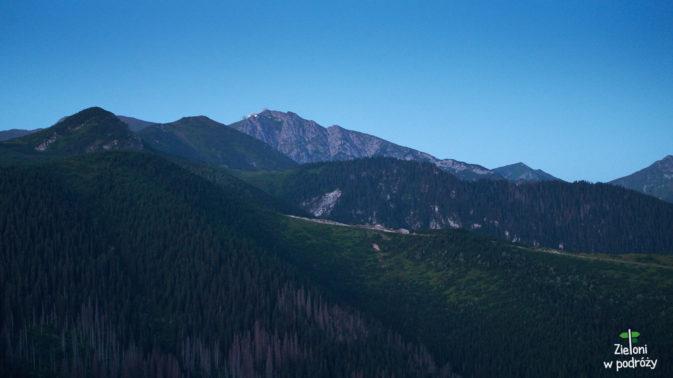 Szlak prowadzący przez Boczań i Kasprowy Wierch w tle