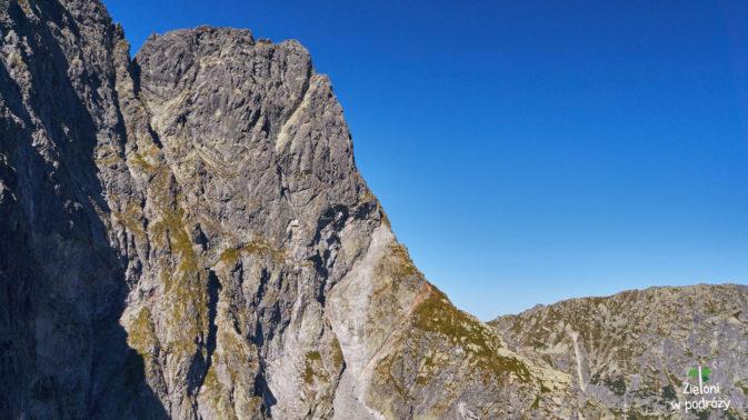 Ściana Mięguszowieckiego Szczytu Wielkiego. W tle droga na Szpiglasową Przełęcz