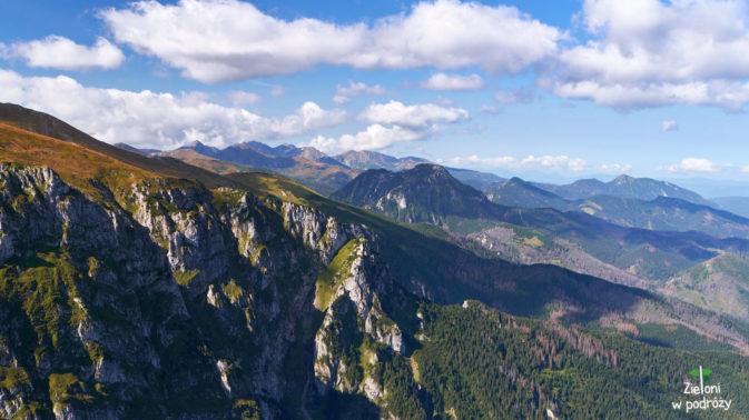 Rzut oka w stronę odległych szczytów Tatr Zachodnich