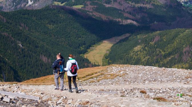 Schodzimy na przełęcz. Wielka Polana w tle