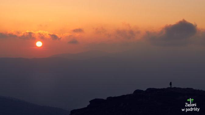 Słońce niknie w gęstych chmurach
