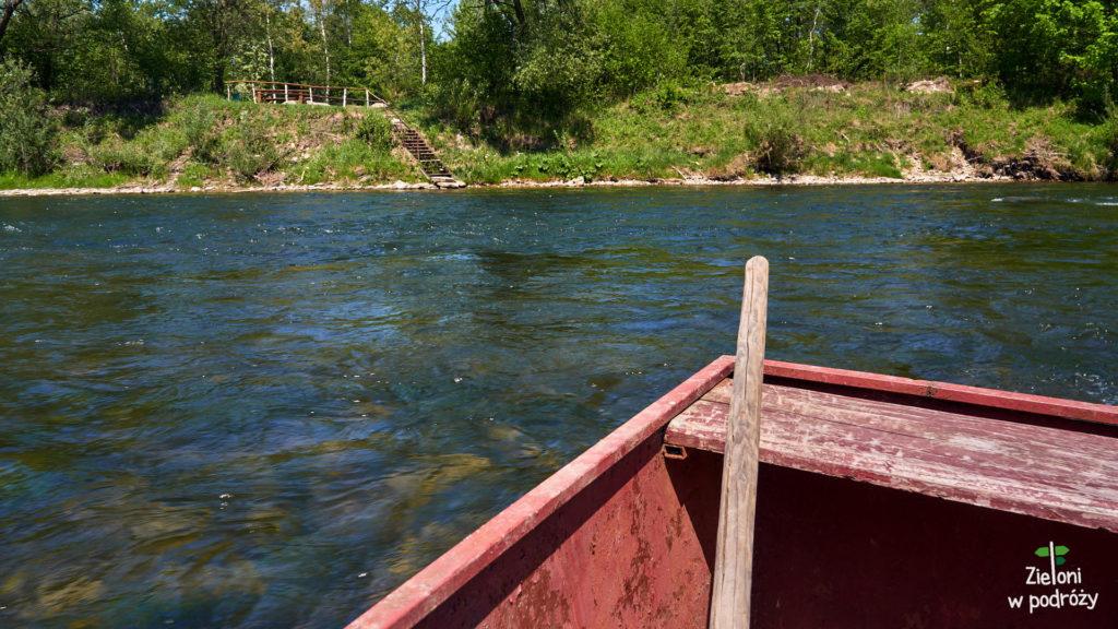 Wskakujemy na łódkę, żeby przedostać się na drugą stronę rzeki