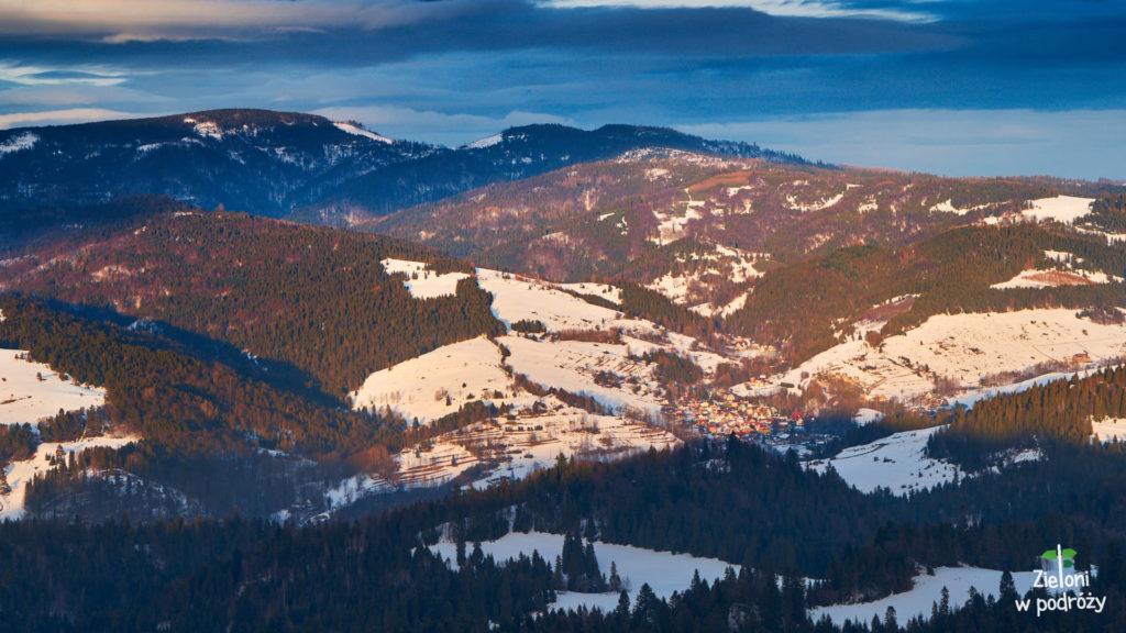 Radziejowa po lewej, potem Przełęcz Żłobki i Wielki Rogacz