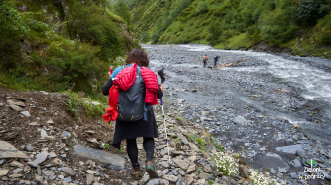 Docieramy nad rzekę i wzdłuż jej brzegów będziemy zmierzać aż do Szatili