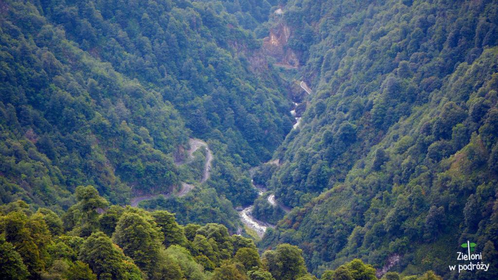 Droga wijąca się wzdłuż rzeki