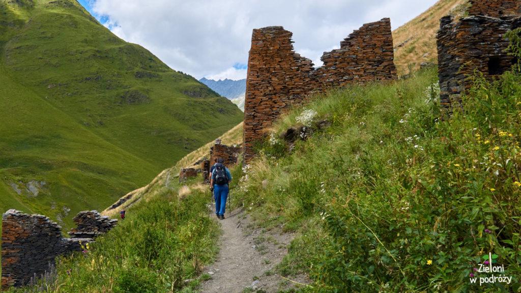 Mijamy ruiny wioski
