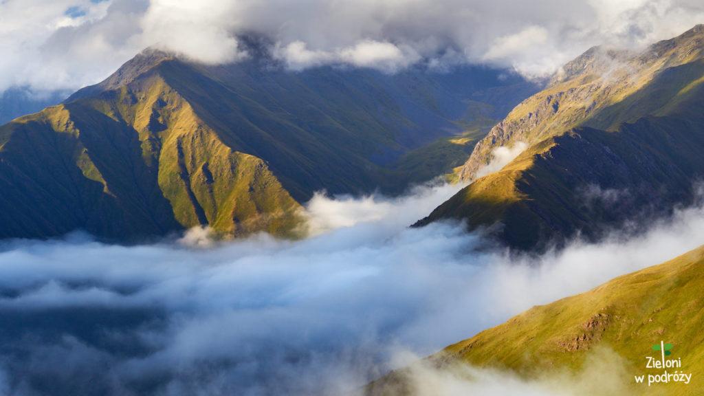 Obserwujemy przelewające się w dolinach chmury