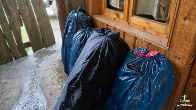 Prosty, ale skuteczny system ochrony plecaków przed deszczem