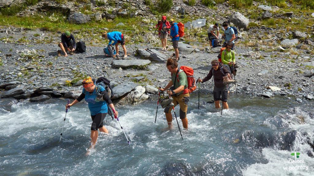 Przekraczamy górski strumień bez strat własnych