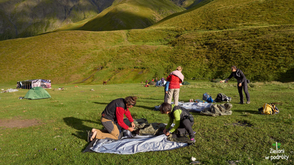 Rozkładamy namioty na polanie
