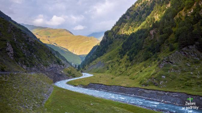 Rzeka o nazwie Pirikita Alazani towarzyszy nam do samego Girevi
