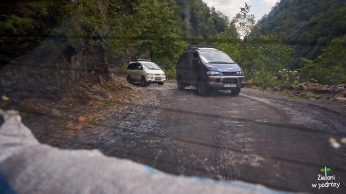 Samochód-legenda na gruzińskich bezdrożach