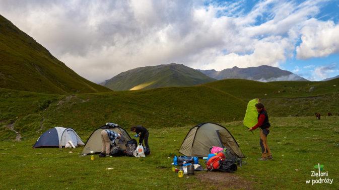 Składamy namioty na polanie Kvakhidi