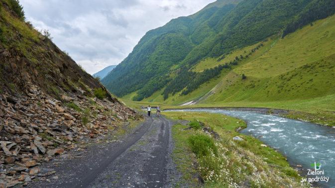 Spacer nad rzeką aż do końca dnia