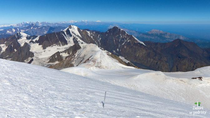 Biała piramida w centrum, to odległy o ponad 170 km Elbrus