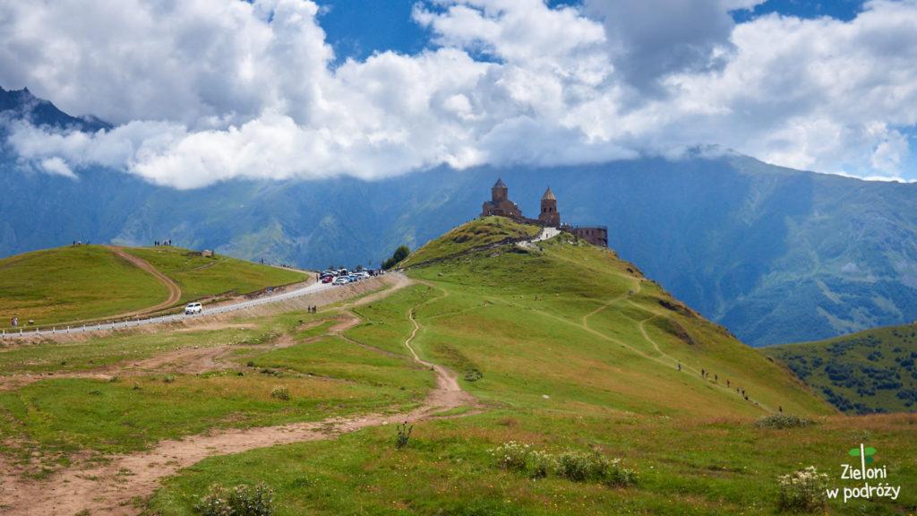 Klasztor Cminda Sameba na wzgórzu