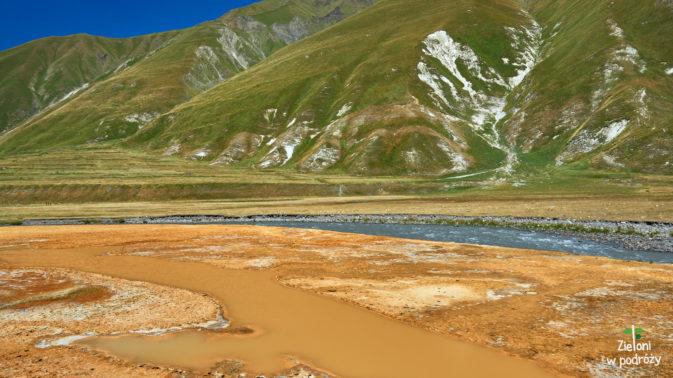 Miejsce to słynie ze źródeł mineralnych i kolorowych trawertynów