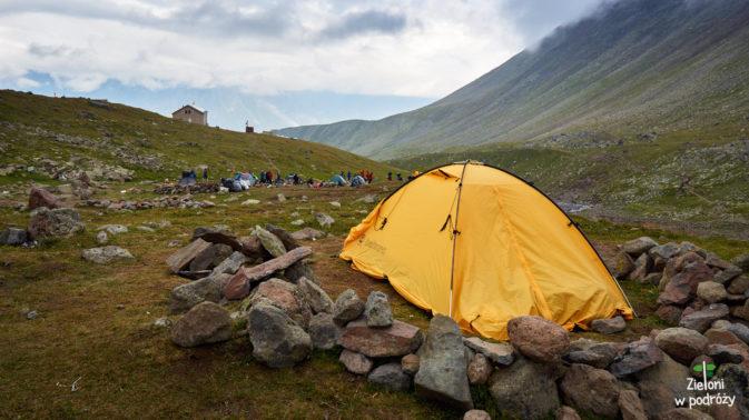 Namioty rozbijamy w miejscu zwanym Saberdze