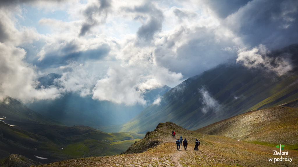 Opuszczamy przełęcz Chaukhi i zaczynamy schodzić do Doliny Juty