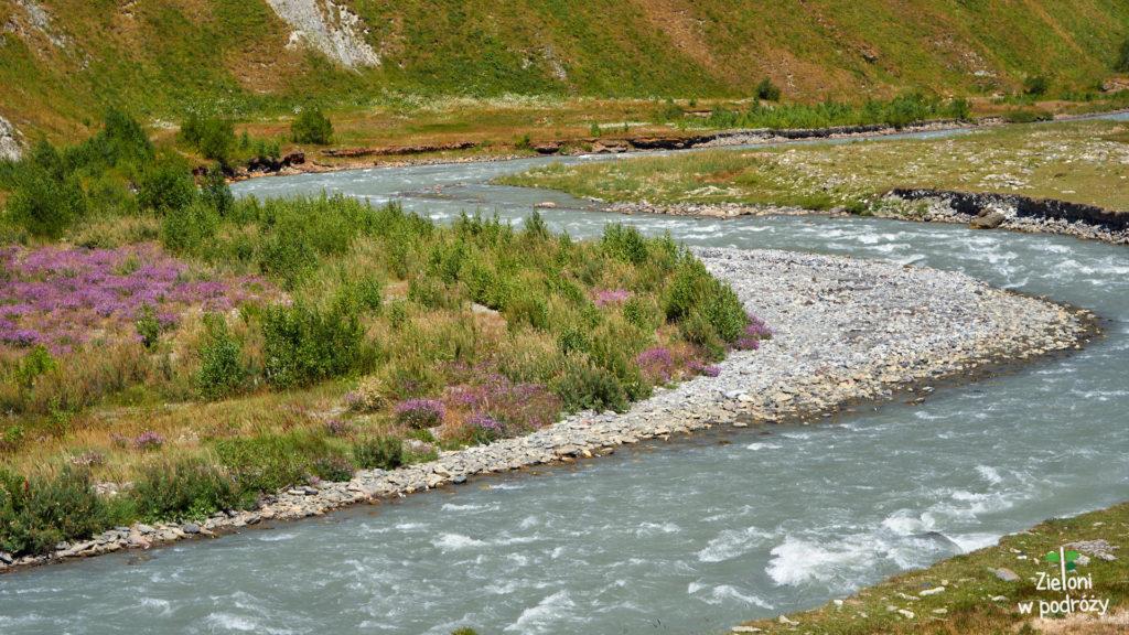 Przez niemal całą wędrówkę towarzyszy mi rzeka Terek