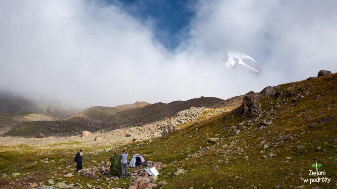 Szczyt czasami pokaże się między chmurami