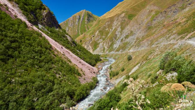 Szlak prowadzi szeroką drogą nieco powyżej rzeki