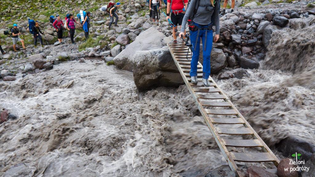 Takim mostkiem przekraczamy rzekę i idziemy na miejsce obozowiska