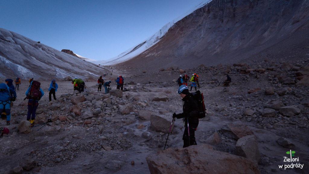 Ubieramy raki i podchodzimy po lodowcu w strone plateau