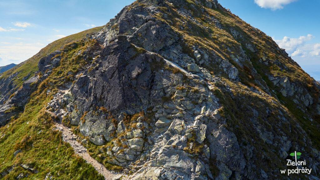 Wydeptana ścieżka prowadzi w lewo, my schodziliśmy skałami po prawej